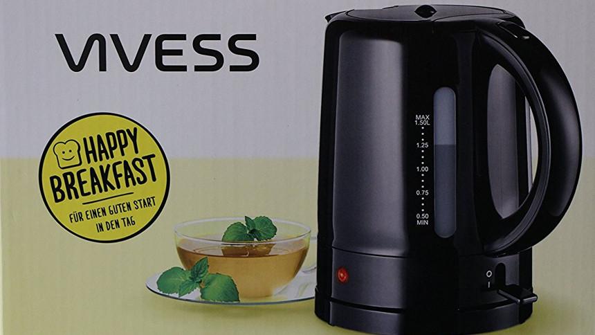 Produktbild eines Vivess's Wasserkochers mit einer frisch gebrühten Tasse Tee links daneben